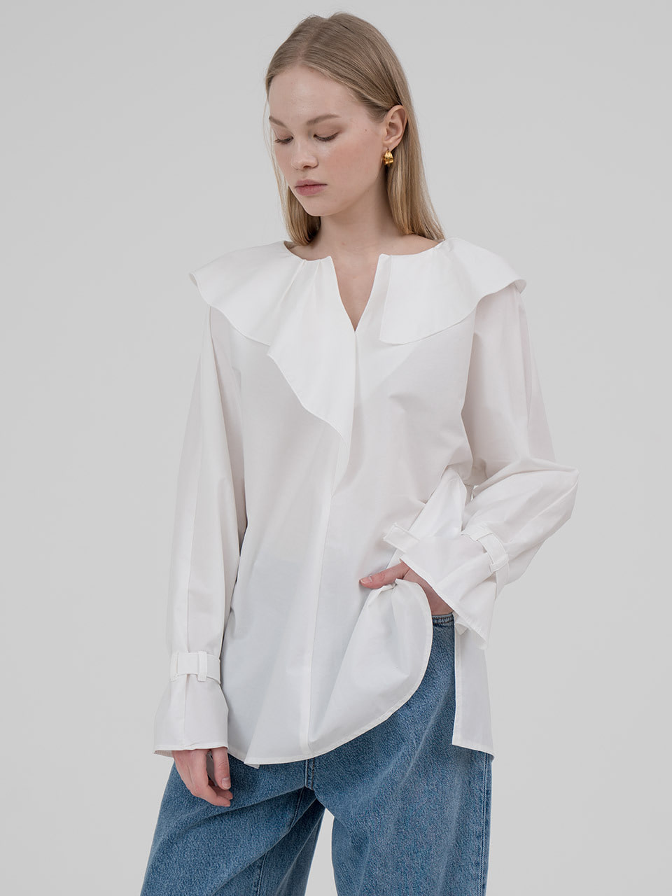Shirring pointed collar blouse in ivory