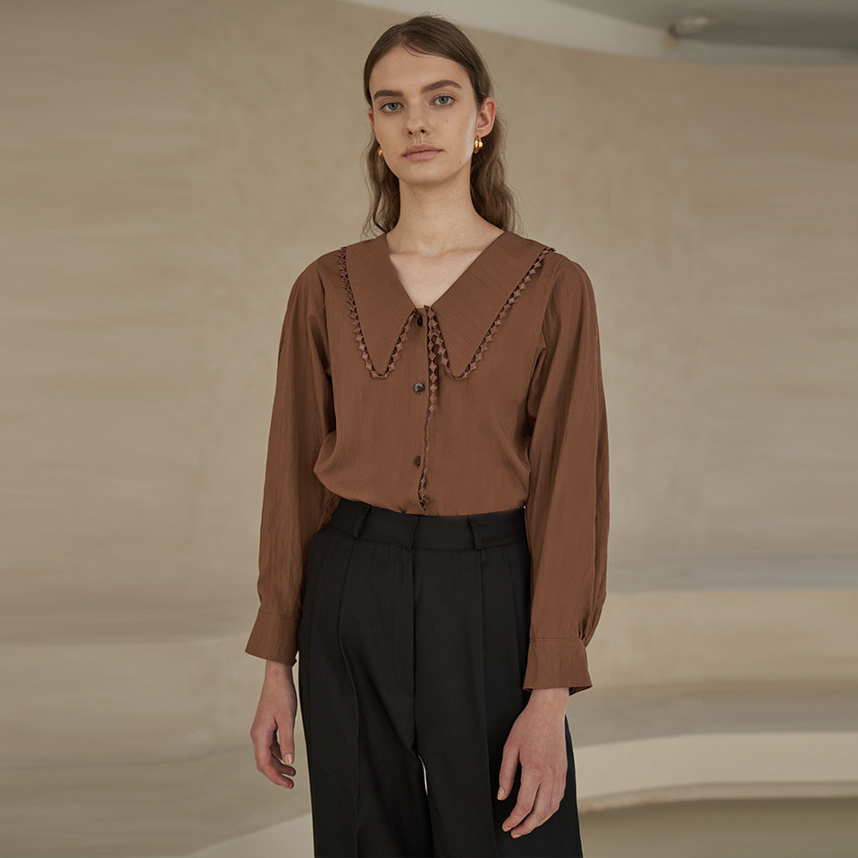 Lace collar blouse in brown